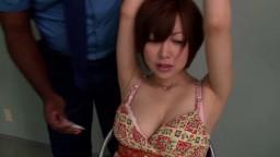 Des grands policiers black interrogent une petite japonaise apeurée - Vidéo porno hd - #02