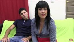 Une femme mature espagnole et son jeune ami pour une rencontre cochonne - Vidéo x hd