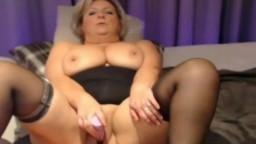 Une femme mûre belge se fait plaisir avec son sextoy à la webcam - Film x