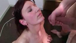 Ejaculation faciale pour une amatrice rousse de Belgique - Film porno