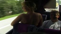 Une excursion libertine avec des couples matures belges commencen dans le bus - Film porno