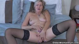 Une mature sexy canadienne en bas noirs se doigte la chatte - Vidéo x hd