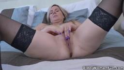 Un petit moment de masturbation avec une femme mûre canadienne - Vidéo porno hd