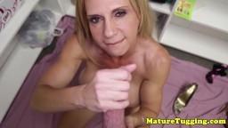 Une cougar à gros nichons masturbe la queue d'un mec chanceux - Vidéo x hd