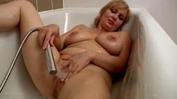 Cette milf avec des gros seins naturels s'excite la chatte avec le jet de douche - Film x hd - #02