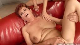 C'est l'anniversaire de cette mature lesbienne et elle en profite pour se faire ramoner la chatte - Film porno hd - #02