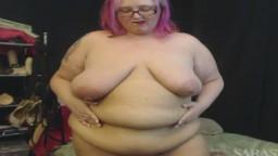 Une grosse à lunettes et aux cheveux roses se masturbe comme une cochonne à la webcam - Film porno hd - #02