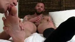 Un mec se branle pendant que son ami gay lui suce les doigts de pieds - Film x - #01