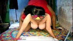 Il baise sa voisine péruvienne à gros seins en levrette sur le lit - Film porno