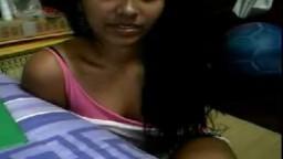 Il persuade peu à peu cette jeune péruvienne à retirer ses vêtements à la webcam - Vidéo x