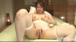 Cette asiatique en bas résille aime qu'on la regarde se goder - Film x hd