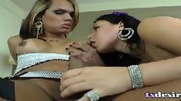 La chaude shemale latine Camila Klein s'amuse avec une fille - #01