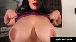 Une latine ronde montre ses seins énormes à ses amies lesbiennes