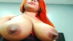 Une latina chaude à la webcam avec des énormes seins laiteux