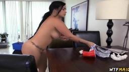 Il paie un extra à sa femme de ménage pour qu'elle fasse le nettoyage nue