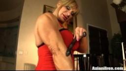 Cette femme mature super musclée s'amuse avec son gros clitoris - Vidéo porno hd
