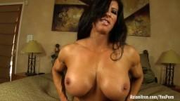 La belle bodybuildeuse Angela Salvagno montre ses muscles et joue avec son clito - Vidéo porno hd