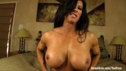 Les gros seins siliconés d'une bodybuildeuse qui va s'amuser avec son clitoris - Film x hd