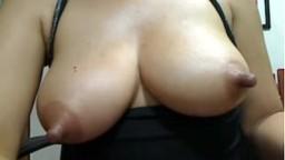 Elle s'amuse avec ses énormes tétons devant la webcam - Vidéo porno