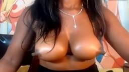 Gros plan sur les tétons d'une fille noire à la webcam - Vidéo x