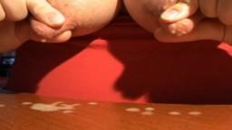 Elle fait gicler le lait de ses gros tétons pour ensuite le lécher sur la table - Film x hd