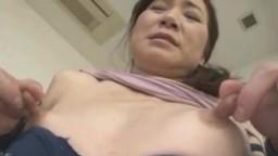 Il tripote et pince les gros tétons d'une femme mature asiatique - Vidéo x