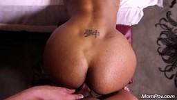Le cul d'une milf black pendant une audition porno - Vidéo x hd