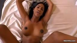Sacha est une milf black très sexy qui va se faire baiser et creampie - Film porno hd