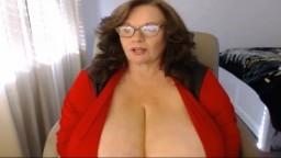 Une vieille femme à lunettes dévoile ses seins énormes à la webcam - Film porno