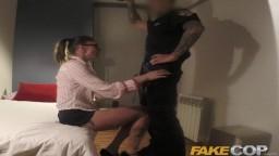 Un faux policier use de son autorité pour baiser une femme à lunettes - Vidéo x hd