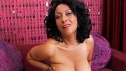 Une superbe femme mature avec des formes généreuses - Film x