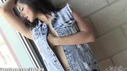 La très sensuelle Sunny Leone nous montre ses gros seins - Vidéo porno hd