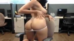 Une très jolie fille indienne montre son beau cul à la webcam - XXX