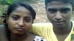 Il se filme en train de lécher les seins de sa copine indienne - Vidéo porno
