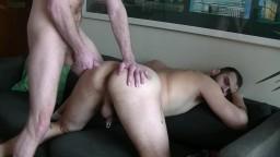 Il réveille son copain gay en lui enfonçant sa bite dans le cul - Vidéo x hd