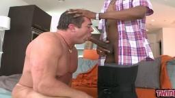 Une grosse bite noire dans la bouche et le cul de ce gay musclé - Vidéo porno hd
