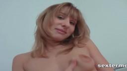 Le solo d'une jeune allemande qui devient chaude devant la caméra - Vidéo x hd