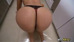 Une salope latine fait son ménage en string - Vidéo porno - #01