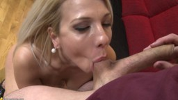 Elle lui suce les couilles pour le motiver à éjaculer - Vidéo x hd - #02