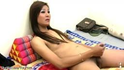 Une ladyboy thaïlandaise peu souriante se secoue le manche devant la caméra - Film porno hd