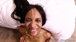 Cette femme noire l'a tellement excité qu'il finit par lui éjaculer sur le visage - Vidéo porno hd