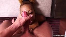Après un coup de queue elle reçoit une bonne éjaculation faciale - Vidéo x
