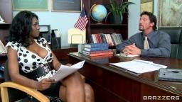 Cette superbe femme noire baise dans le bureau du directeur de l'école de son fils - Vidéo x hd