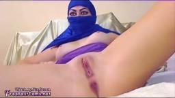 Cette arabe avec un voile bleu ouvre les jambes pour se goder - Film porno