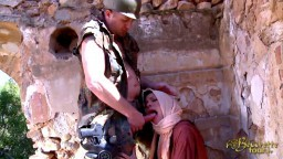 Un soldat force une beurette voilée à le sucer avant de la baiser - Vidéo x hd