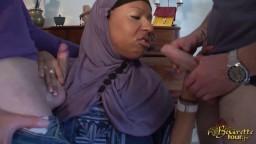 Deux mecs abusent sexuellement de leur femme de ménage en hijab - Vidéo porno hd