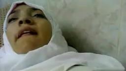 Un arabe filme sa femme voilée pendant qu'il la baise - XXX