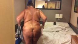 Une grosse britannique avec un énorme fion se change dans sa chambre - Vidéo porno hd