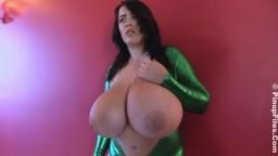 Cette britannique a de gigantesques nibards qu'elle montre à la caméra - Vidéo x hd