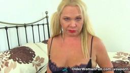 Une mature anglaise très excitée à l'idée de se goder les trous - Film x hd